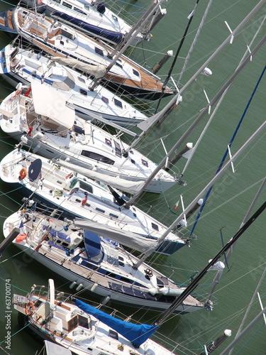 jachty-i-lodzie-motorowe-zacumowane-w-prestizowym-porcie