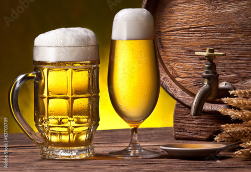 szklanki-do-piwa-stara-debowa-beczka-i-klosy-pszenicy