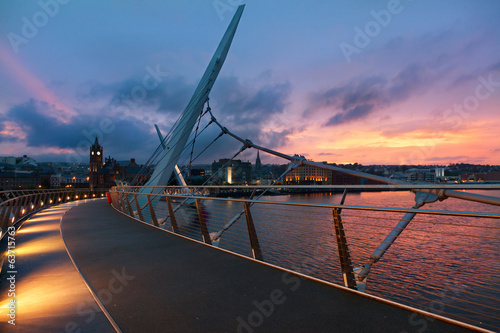 Deurstickers Brug Sunset over Peace Bridge of Derry, Northern Ireland