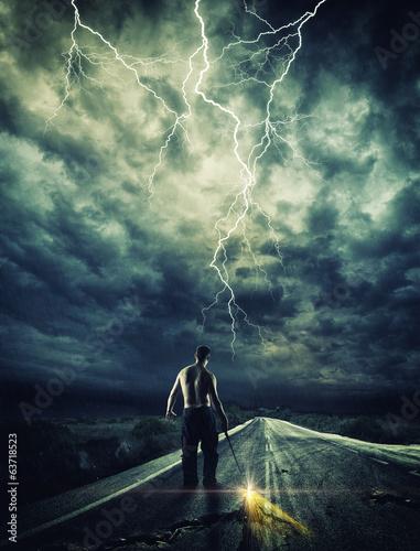 Foto  Krieger, der die Straße mit seinem Schwert öffnet