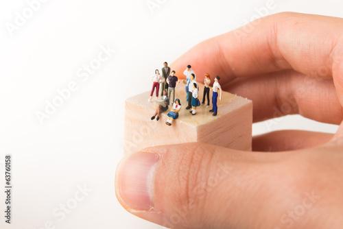 Fotografie, Obraz  木のブロックの上に立つ様々な人々