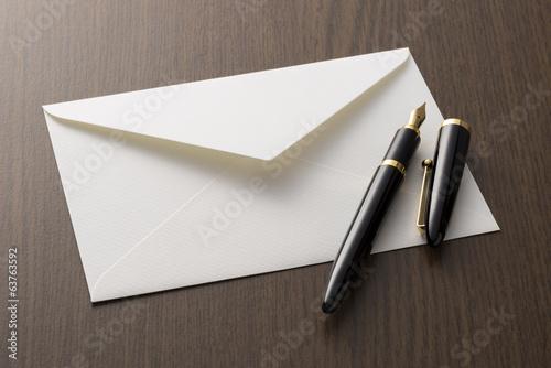 Foto 白色の封筒と万年筆