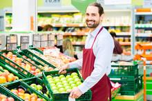 Supermarkt Angestellter Füllt...