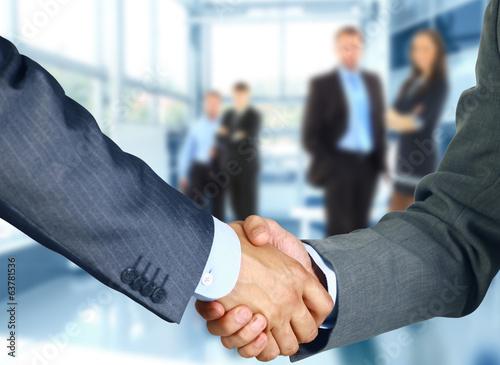 Fotografía  Business associates shaking hands in office