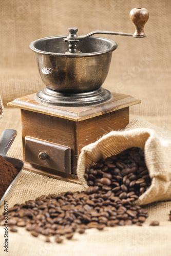 martwa-natura-ziaren-kawy-w-woreczku-z-mlynka-do-kawy