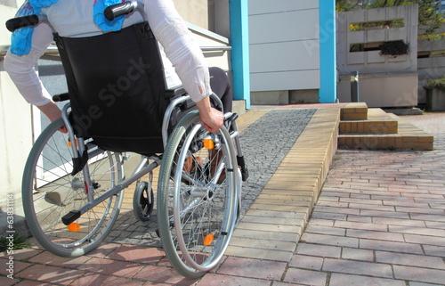 Fototapeta Frau im Rollstuhl auf Rollstuhlrampe