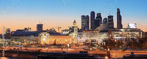 Montage in der Fensternische Kiew Moscow. Kiev railway station at sunset