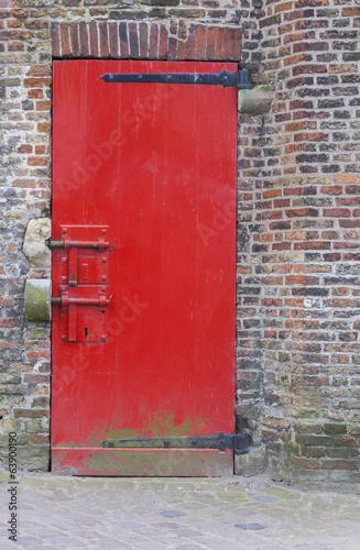 Fototapeta drzwi   czerwone-malowane-drzwi-z-zamkami-i-mur-z-cegly