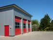 Moderne Feuerwache mit roten Industrietoren in Helpup bei Oerlinghausen im Teutoburger Wald in Ostwestfalen-Lippe