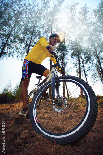 Photo Stands Cycling young man riding mountain bike mtb in jungle track use for sport