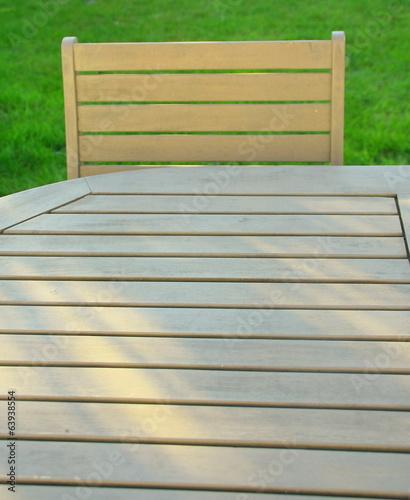 table et chaise de jardin en bois – kaufen Sie dieses Foto und ...