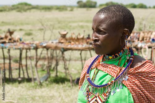 fototapeta na lodówkę Portret kobiety w Masai tle straganów z pamiątkami