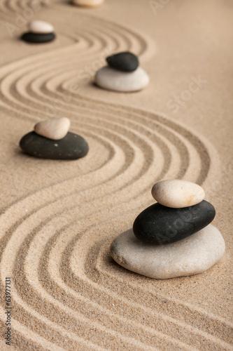 piramidy-wykonane-z-kamieni-stojacych-na-piasku