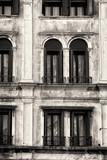 Tradycyjna fasada wenecka. Czarny i biały - 63979185