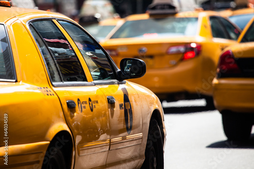 Montage in der Fensternische New York TAXI Yellow cab speeds through Times Square in New York, NY, USA.