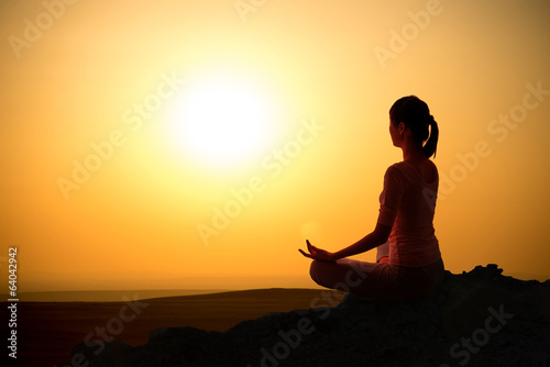 Spoed Foto op Canvas School de yoga Outdoor sunrise yoga girl