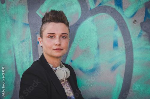 Photo  Pretty short hair girl posing against a wall