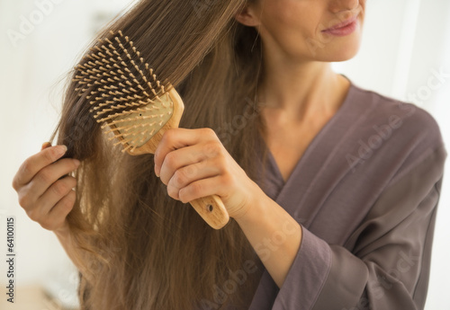 Closeup on young woman combing hair Tableau sur Toile