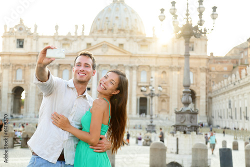 Photo Tourists couple by Vatican city in Rome
