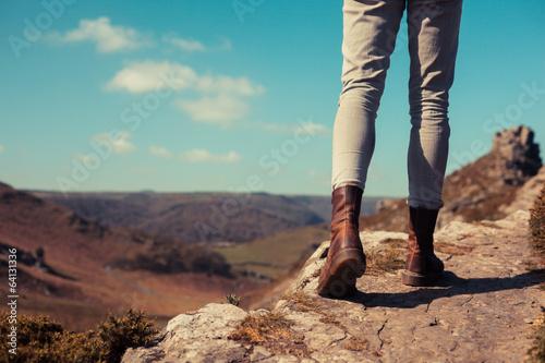 Fotografía  Mujer joven que recorre en las montañas