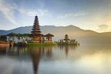 Ulun Danu świątynia na Bratan jeziorze, Bali, Indonezja - 64172755