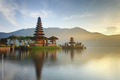 Autocollant pour porte Lieu de culte Ulun Danu temple on Bratan lake, Bali, Indonesia