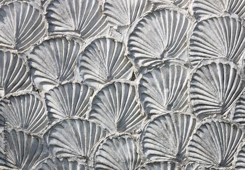 wzor-w-ksztalcie-muszli-wyryty-w-kamieniu-tekstura