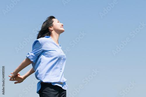 Valokuva  青空を背景にした女性