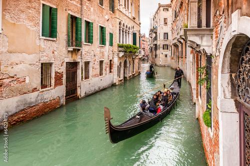 Gondoles touristiques sur un Canal à Venise en Vénétie, Italie