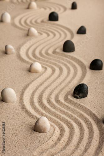 linia-z-kamieni-stojacych-na-piasku