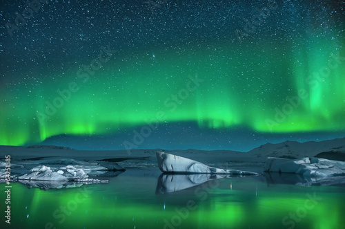 Fotobehang Noorderlicht Icebergs under Northern Lights