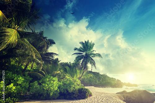 Foto auf Gartenposter Strand sunset on Seychelles beach