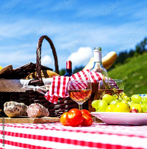 Stickers pour portes Pique-nique picnic on the grass
