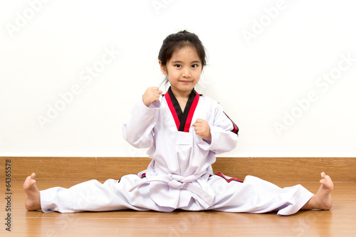 Photo Little asian child in fighting action