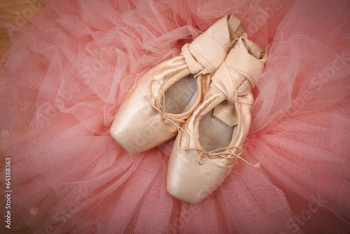 obraz lub plakat Para buty balet pointes na drewnianej podłodze