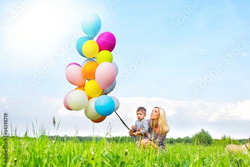 Foto op Plexiglas Groene mutter und kind mit luftballoons