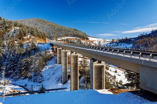 Foto op Aluminium Bergen Mountain bridge in winter with snow and blue sky