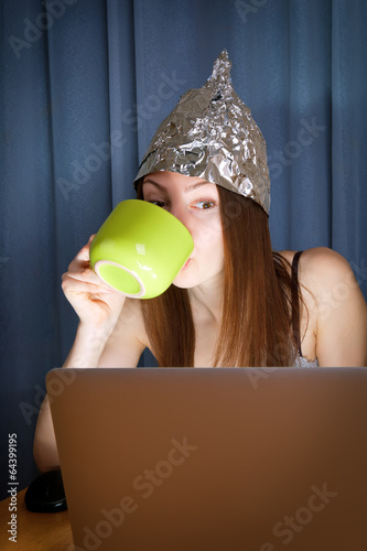 Fényképezés  tinfoil hat against mass media