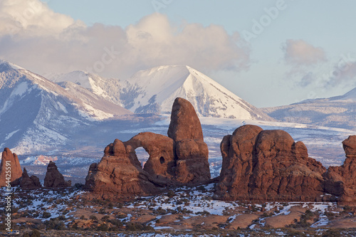 Photo Stands Natural Park Turret Arch with Snow Mountains, Arches National Park, Utah