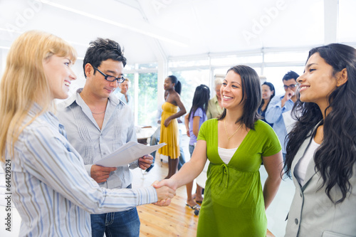 Fotografía  Two Business Women Having a Handshake