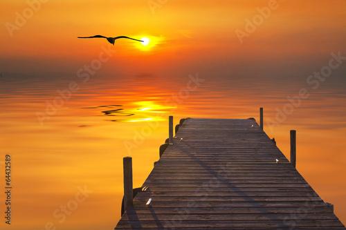 Fotobehang Pier la luz del amanecer sobre el embarcadero del mar