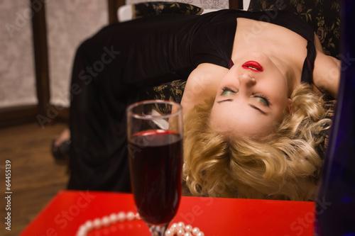 Photo  Lifeless woman in a luxurious interior