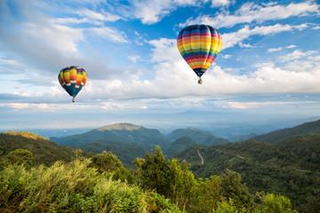 fototapeta lasów górskich i błękitne niebo