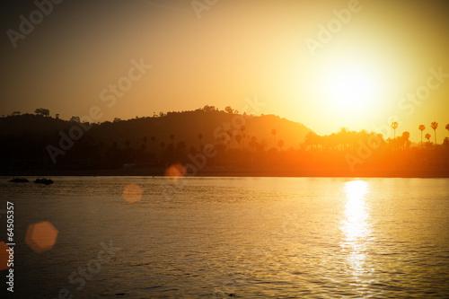 City on the water Santa Barbara am Abend, USA