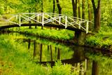Biały most nad rzeką