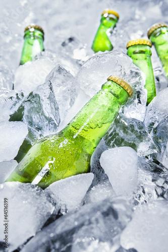 butelki-zimnego-piwa-na-lodzie-1
