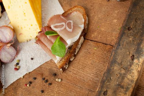 Fototapety, obrazy: belegtes brot auf einer rustikale platte