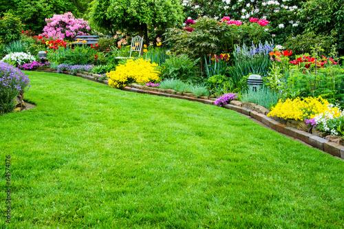 Papiers peints Jardin Rasenfläche mit Garten im Hintergrund