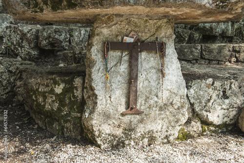 """Fotografiet  Altar mit Tau-Zeichen bei der Einsiedelei """"Carceri"""" bei Assisi, Italien"""
