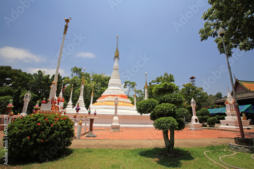 Foto op Canvas Many white pagodas of Thai temple